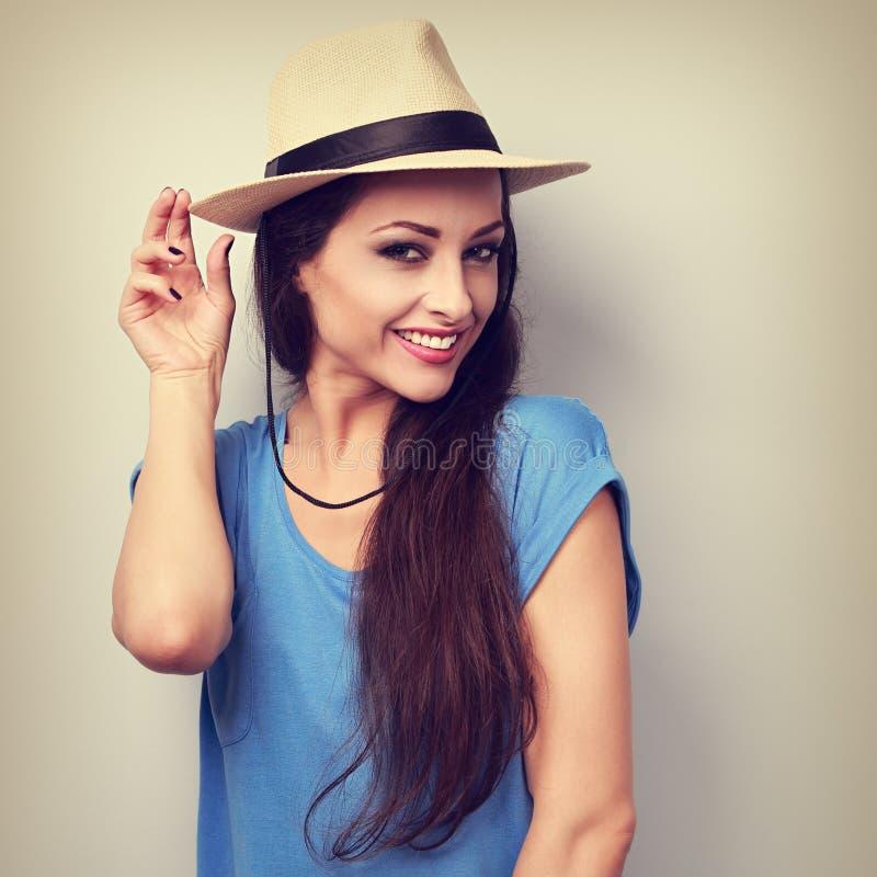 有草帽的微笑的美丽的少妇 特写镜头明亮的por 免版税图库摄影