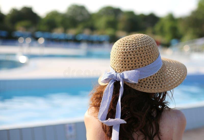 有草帽的美丽的妇女在专属luxuriou放松 库存照片