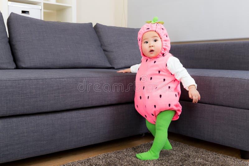 有草莓服装的亚洲婴孩在万圣夜党 库存照片