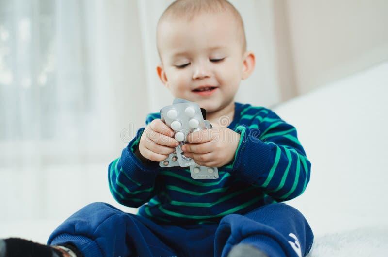 有药片的孩子 免版税库存照片