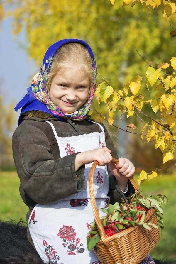 有莓果篮子的一个小女孩  免版税库存图片