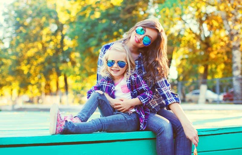 有获得儿童的女儿的愉快的母亲乐趣一起 免版税库存图片