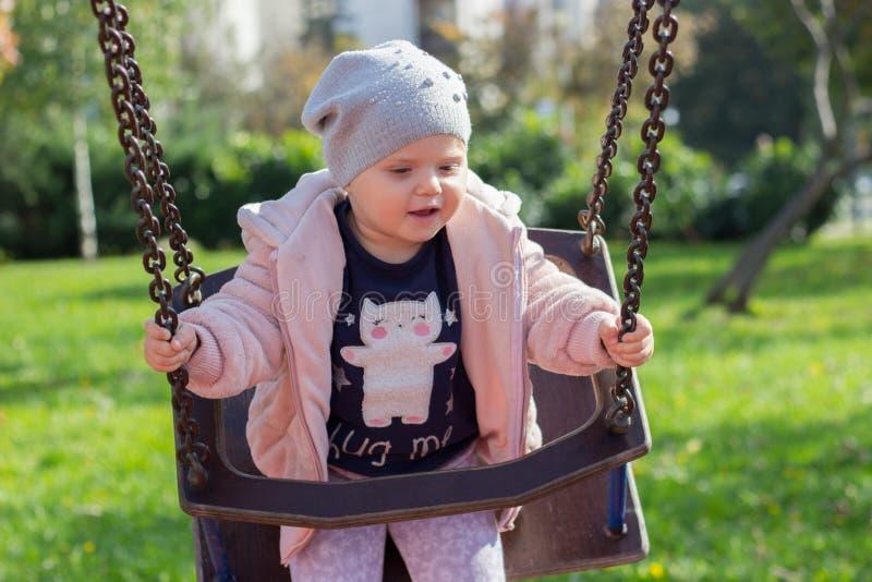 有获得冬天的帽子的美丽的小孩女孩乐趣 图库摄影