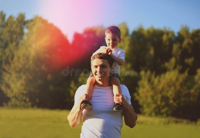 有获得的儿子的愉快的父亲乐趣户外,晴朗的夏日 免版税库存照片