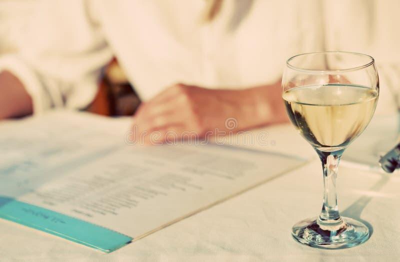 有菜单的妇女 免版税库存图片