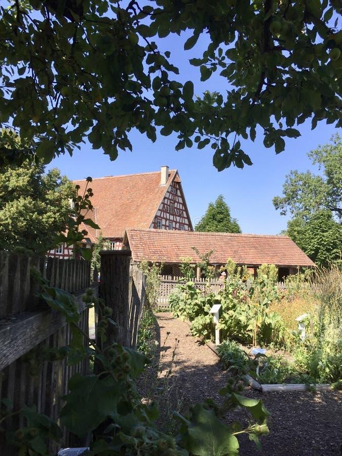 有菜园的老农厂房子 库存图片