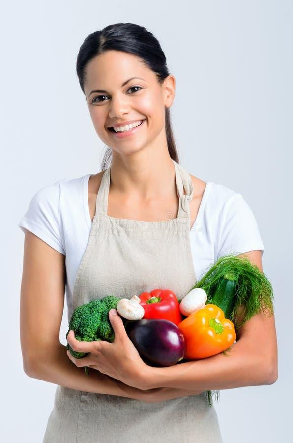 有菜的愉快的健康妇女 图库摄影