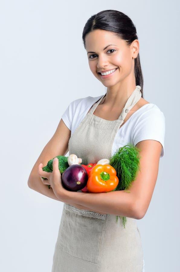 有菜的愉快的健康妇女 免版税库存照片