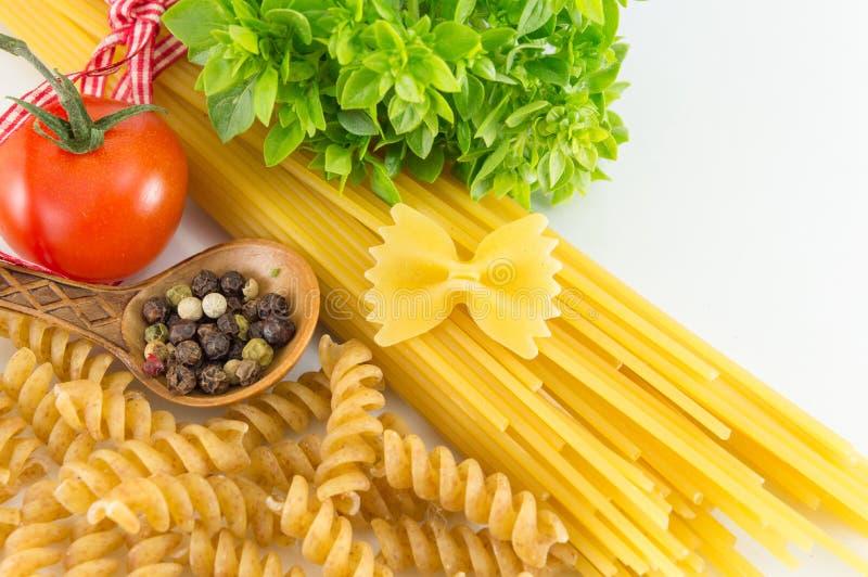 Download 有菜的意粉反对白色背景 库存照片. 图片 包括有 可口, 厨房, 红色, 通心面, 混合, 特写镜头, 食物 - 72358968