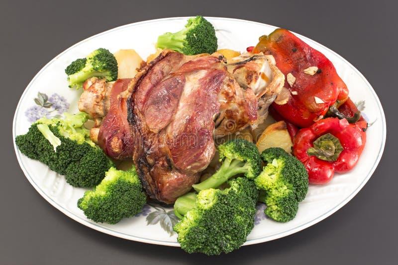有菜的被烘烤的猪肉指关节 免版税库存图片