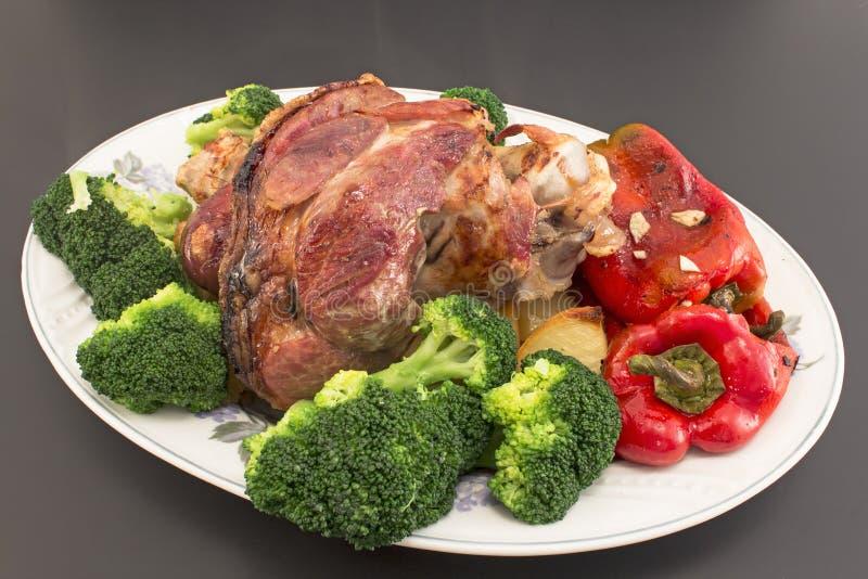 有菜的被烘烤的猪肉指关节 库存图片