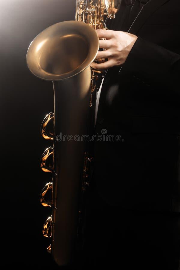 有萨克斯管男中音关闭的萨克管演奏员萨克斯管吹奏者 免版税库存图片