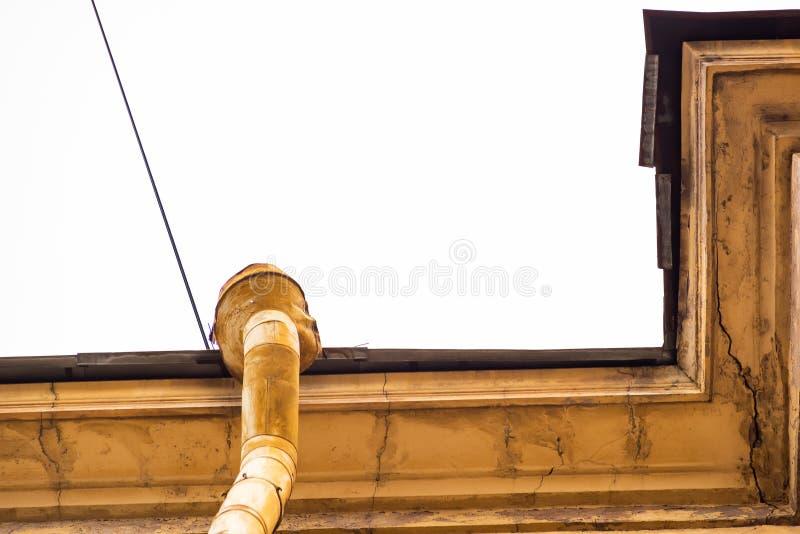 有落水管的屋顶 免版税图库摄影