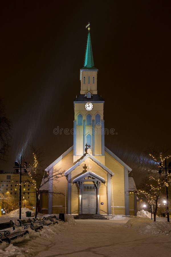有落的雪的Tromsø大教堂在夜之前 图库摄影