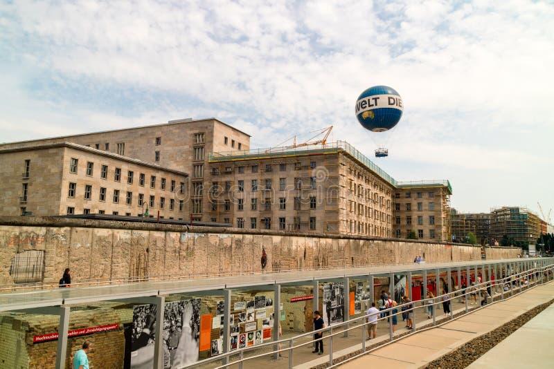 有著名大厦的柏林围墙纪念品在柏林 库存照片