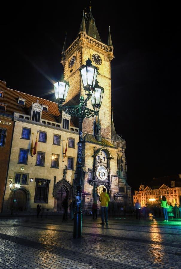 有著名天文学时钟的在晚上,布拉格耶路撒冷旧城霍尔 免版税图库摄影