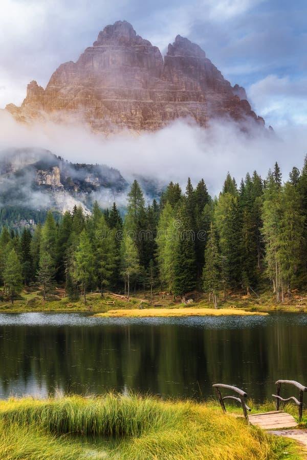 有著名Tre Cime di Lavaredo (Drei Zinnen)登上的Antorno湖 库存照片