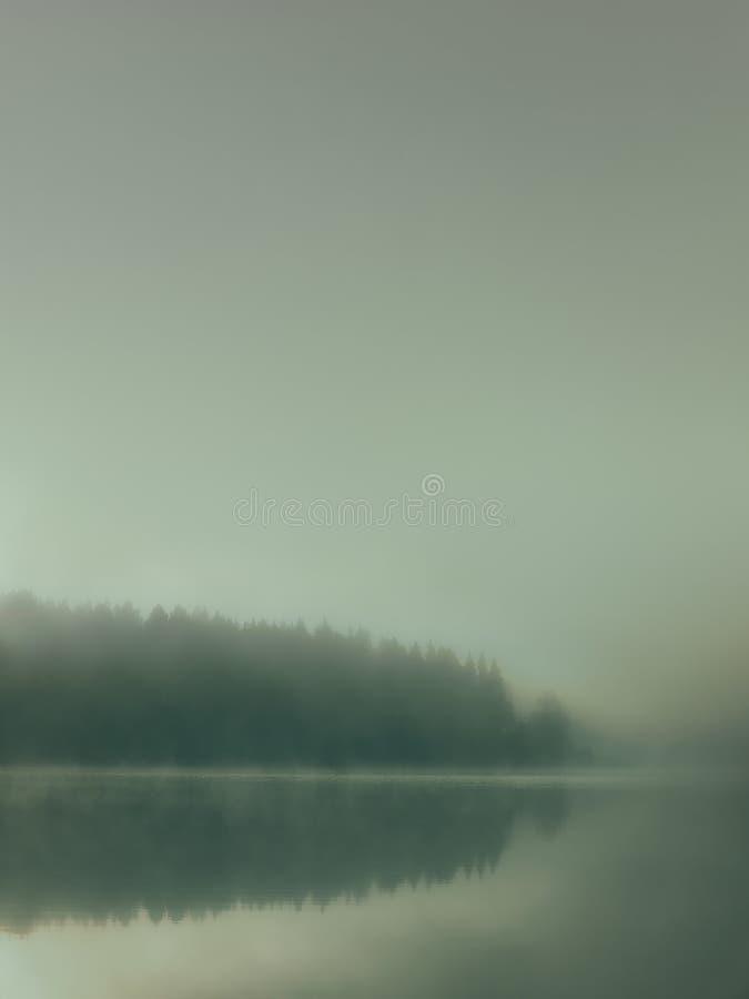 有葡萄酒作用和无言颜色的有薄雾的湖 图库摄影