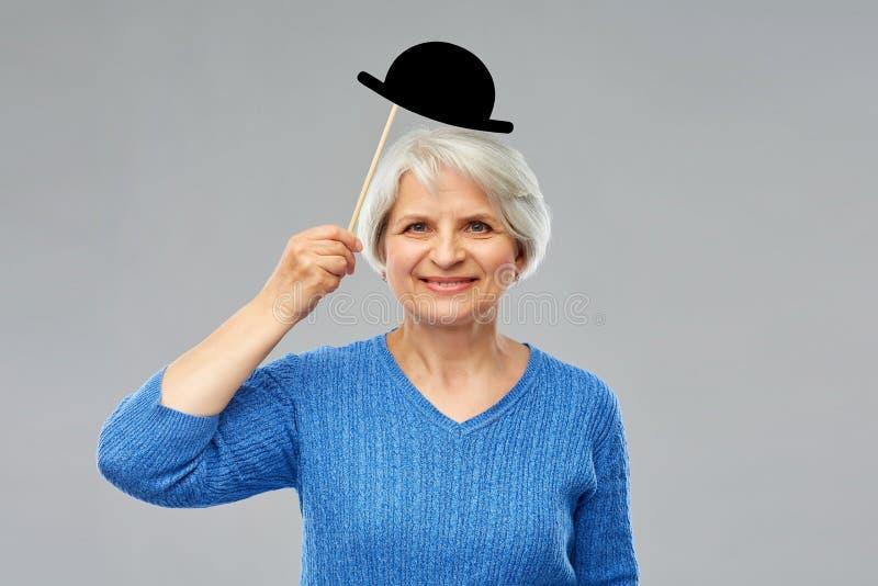 有葡萄酒党帽子的滑稽的资深妇女 免版税库存照片