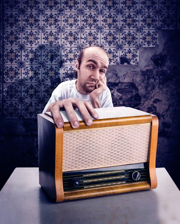 有葡萄酒收音机的人 库存图片