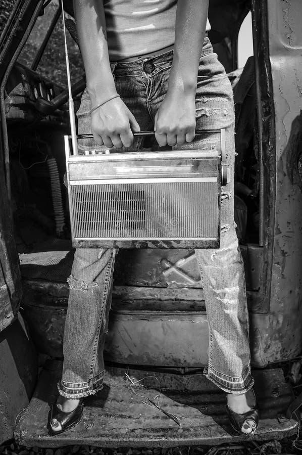 有葡萄酒收音机的减速火箭的女孩在手上 黑色白色 免版税图库摄影