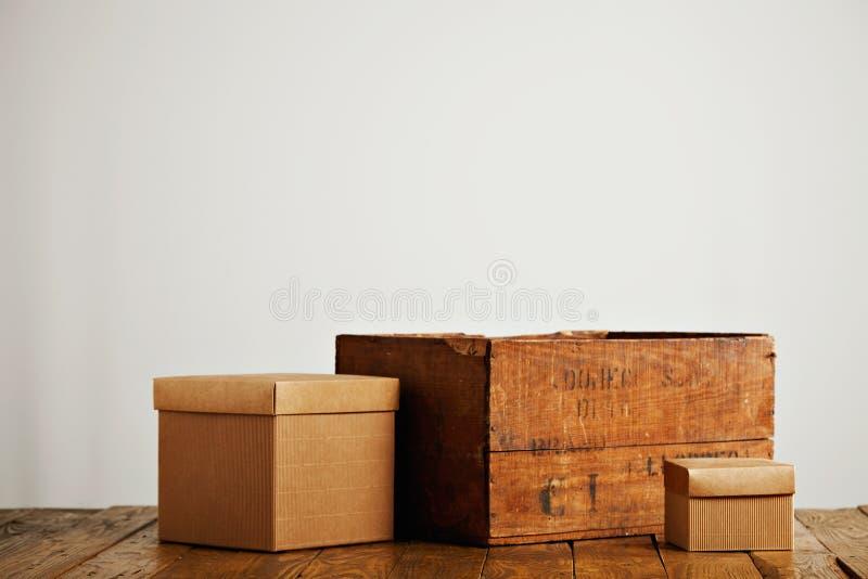 有葡萄酒木箱的空白的皱纸板箱子 图库摄影