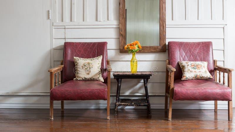 有葡萄酒样式椅子的木家 免版税库存图片