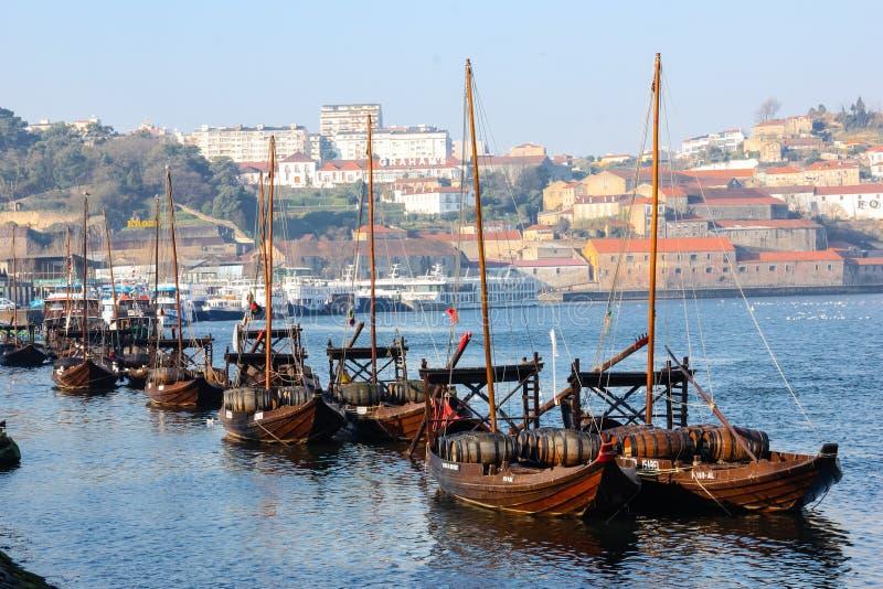 有葡萄酒桶的传统小船。波尔图。葡萄牙 库存图片