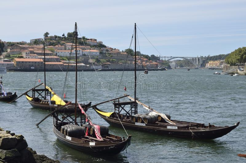 有葡萄酒桶的木小船 库存照片