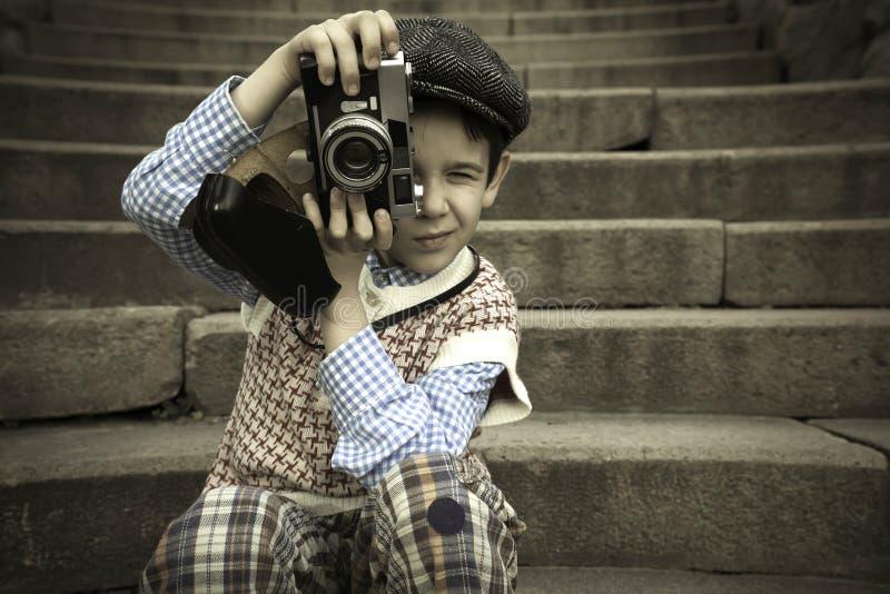 有葡萄酒照相机的孩子 库存图片
