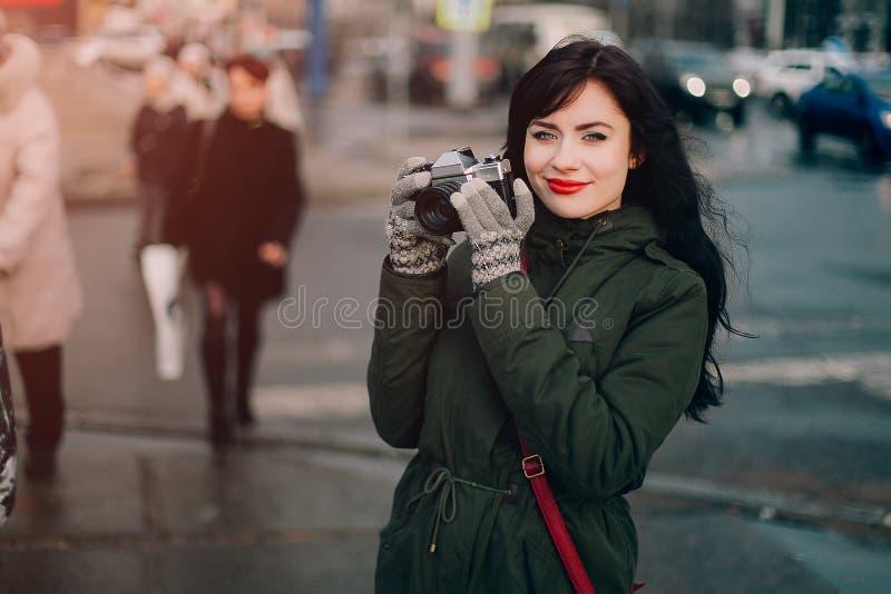 有葡萄酒照相机的美丽的深色的蓝眼睛的女孩 免版税库存图片