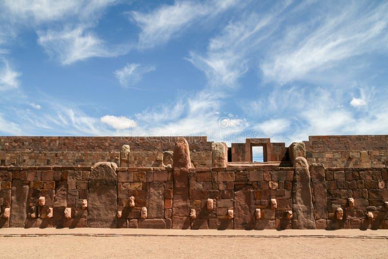 有蒂亚瓦纳科,玻利维亚的石面孔的建筑学墙壁 免版税库存照片