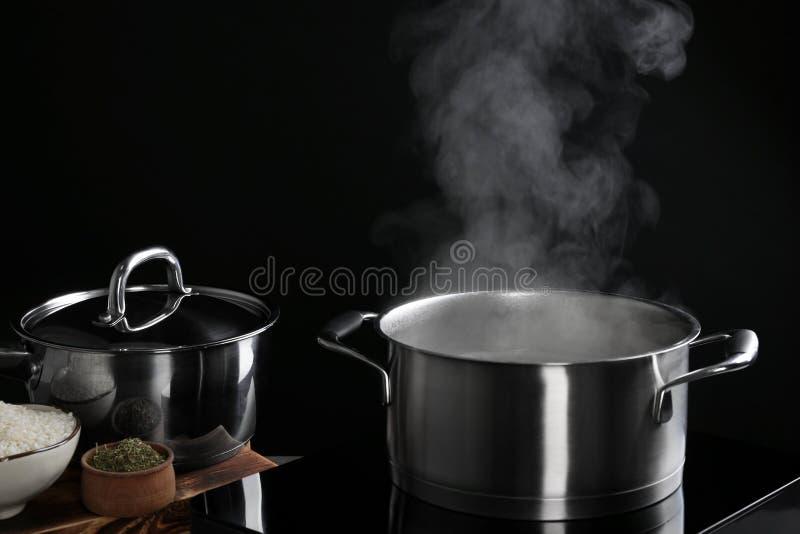有蒸汽的平底深锅 库存照片