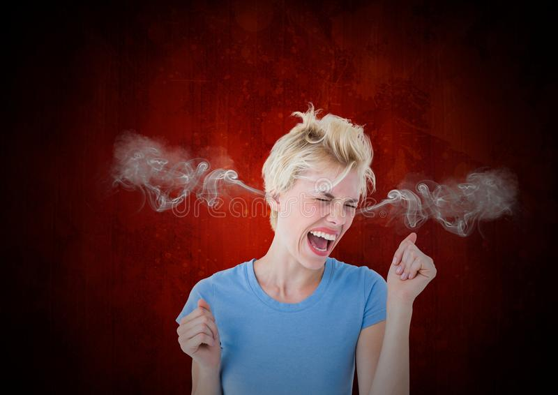 有蒸汽的愤怒少妇在耳朵 背景黑色红色 免版税库存照片