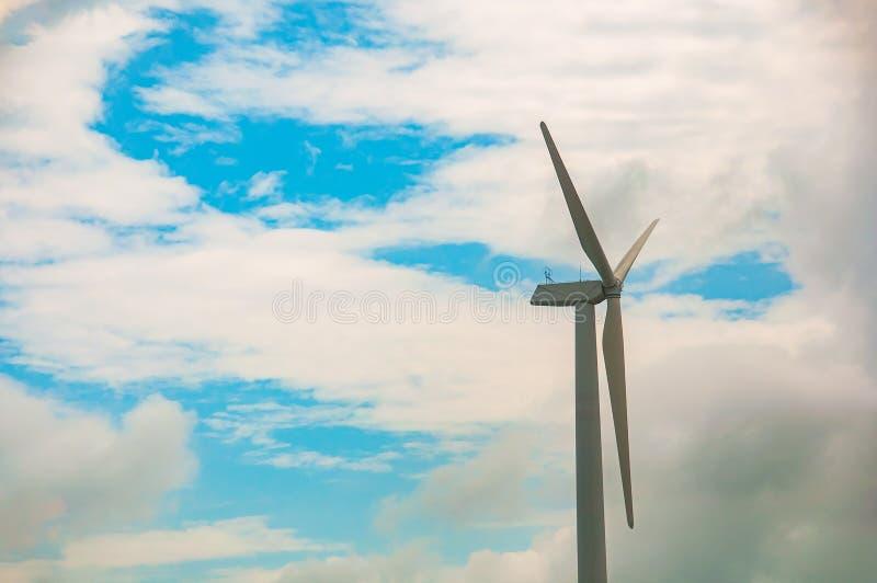 有蓝天和云彩的,风力驻地风轮机 生态能量构成 免版税图库摄影