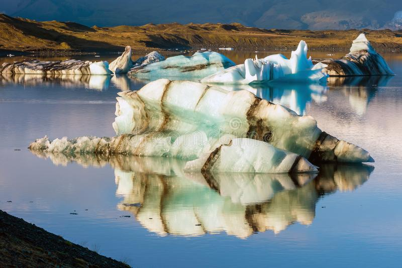有蓝天浮动冰山的Jokulsarlon盐水湖 免版税库存图片