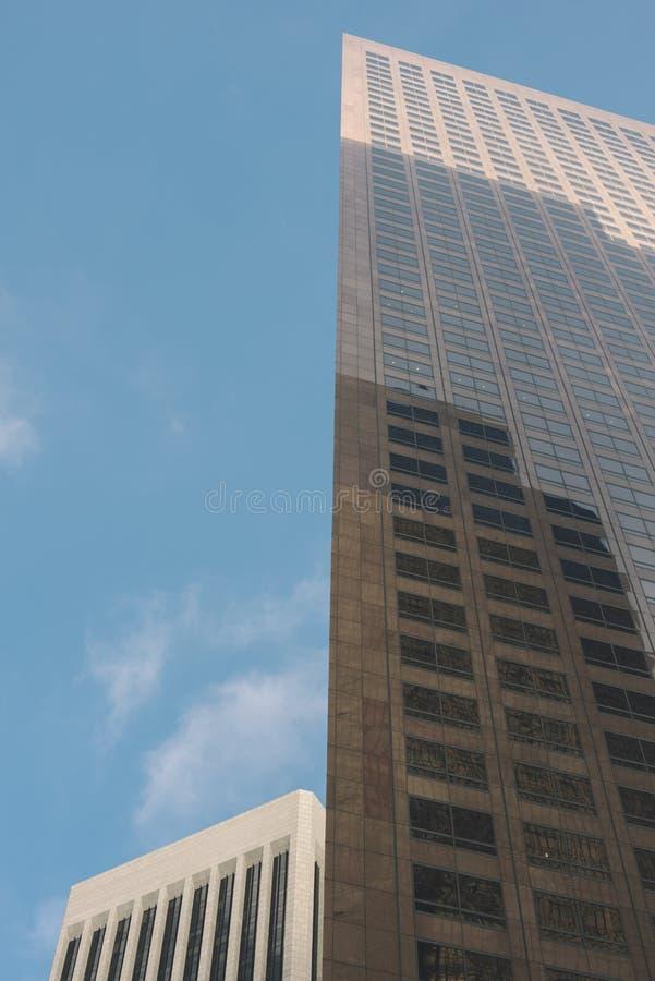 有蓝天的两块高天空刮板 免版税库存照片