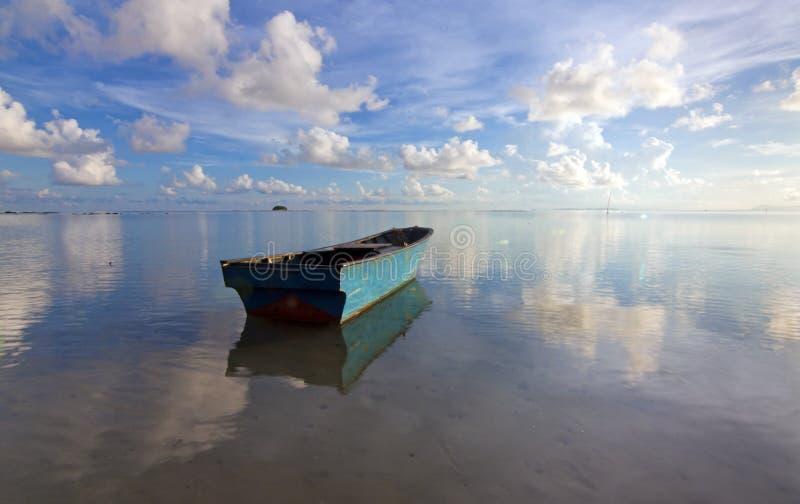 有蓝天的偏僻的小船 免版税图库摄影