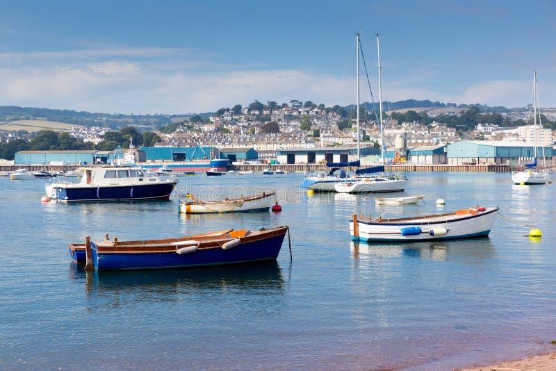 有蓝天的小船Teign河Teignmouth德文郡旅游镇 免版税图库摄影