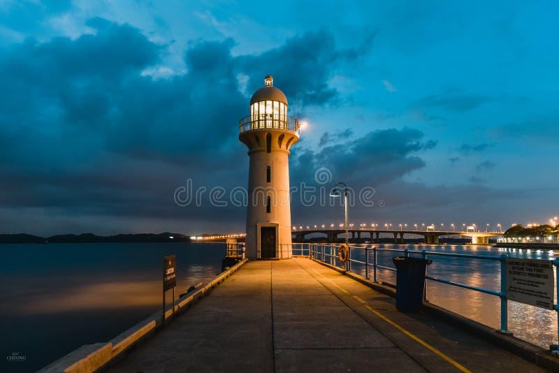 有蓝天的现代灯塔在日落蓝色小时 免版税库存图片