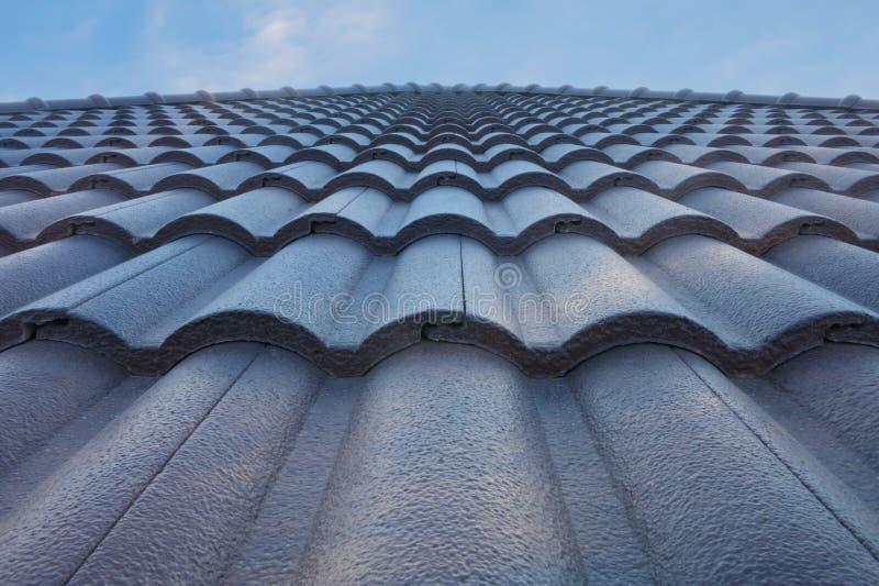 有蓝天的瓦屋顶 免版税库存照片