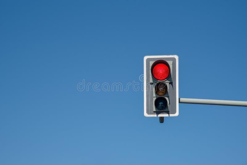 有蓝天的红绿灯 免版税图库摄影