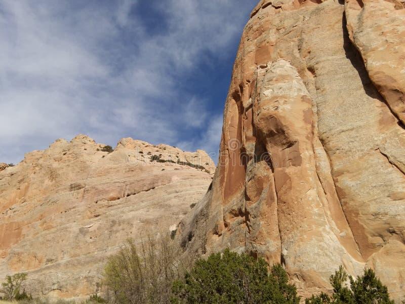 有蓝天的红色岩石墙壁 窗口岩石足迹,亚利桑那 免版税图库摄影