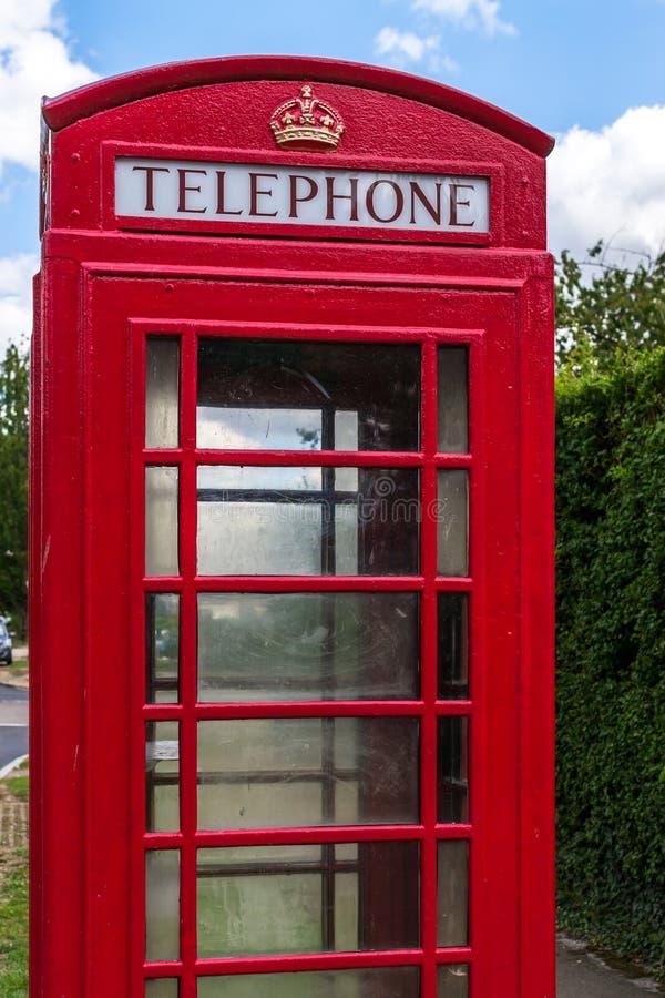 有蓝天的红色电话亭 免版税图库摄影