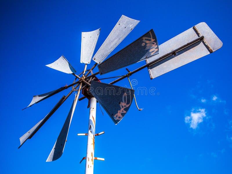 有蓝天的荷兰风车 免版税库存图片