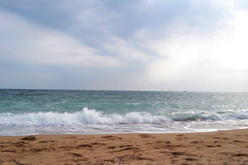 有蓝天的青绿色海在多云天气在夏天a 免版税图库摄影