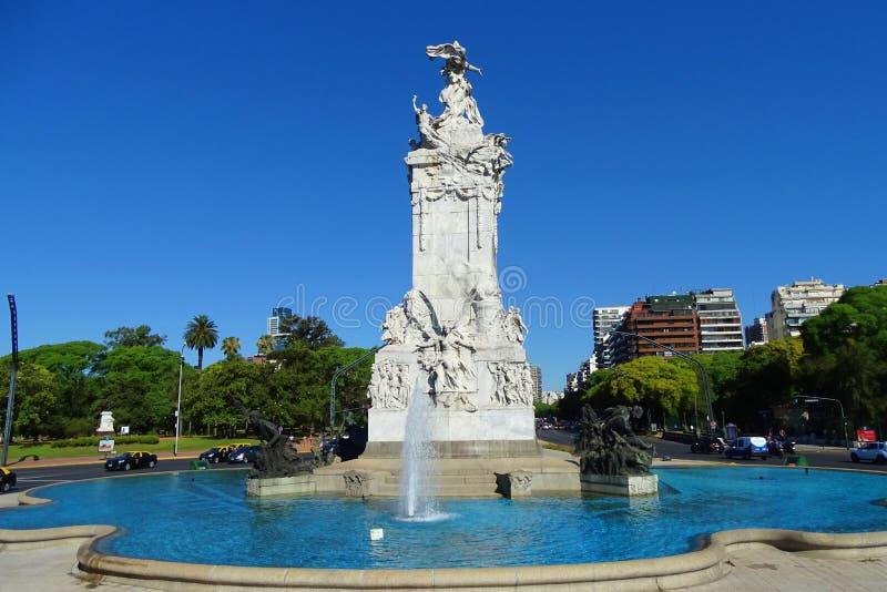 有蓝天的,从布宜诺斯艾利斯,阿根廷的街道视图美丽的喷泉 免版税库存照片