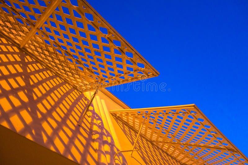 有蓝天的黄色遮篷 免版税库存图片