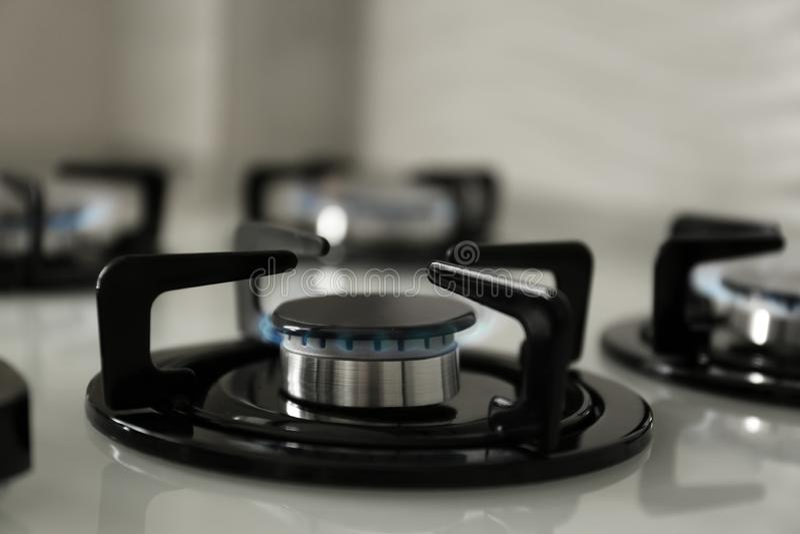 有蓝焰的瓦斯炉在现代火炉 免版税库存图片