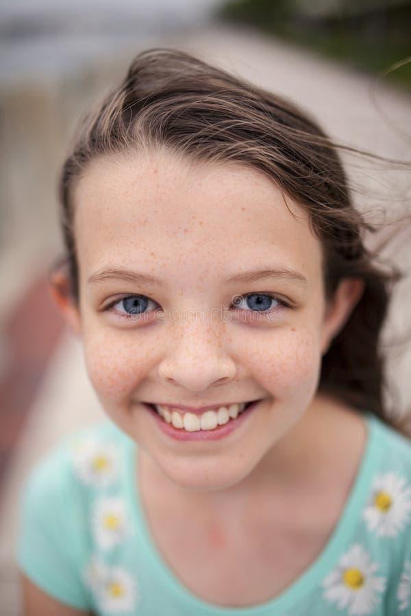 有蓝眼睛和雀斑的美丽的小女孩 免版税库存照片